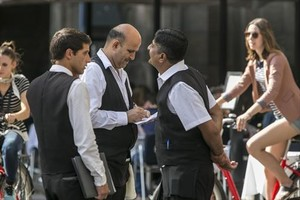 Tres camareros, durante su jornada laboral en un establecimiento de la plaza Reial de Barcelona.