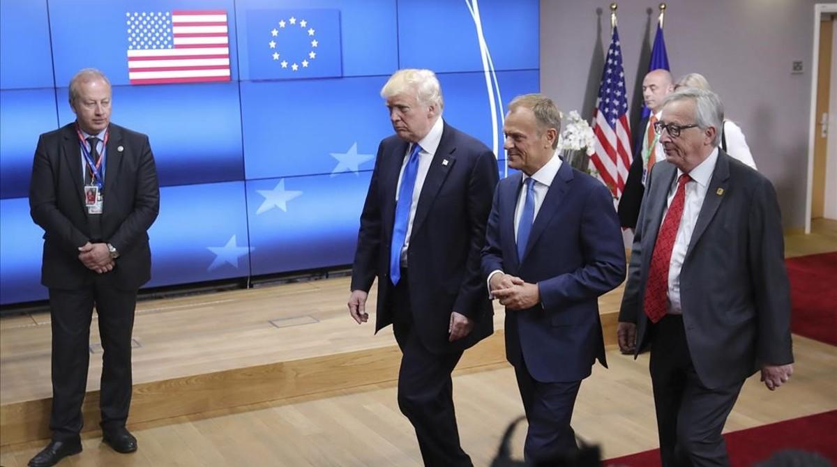 El presidente de EEUU, Donald Trump, en Bruselas, junto al presidente del Consejo Europeo, Donald Tusk (centro), y el presidente de la Comisión Europea, Jean-Claude Juncker.