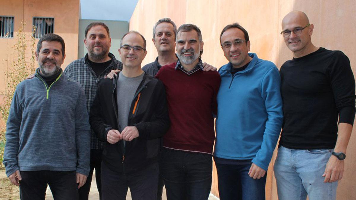 Imagen de los políticos recluidos en el centro penitenciario de Lledoners: Jordi Sànchez, Jordi Turull, Jordi Cuixart, Josep Rull y Raül Romeva, en primera línea, ydetrás, Oriol Junqueras y Joaquim Forn.