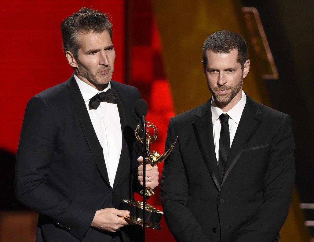 David Benioffy D.B Weiss recibiendo el premio por 'escritura sobresaliente' para una serie dramática de Juego de Tronos en la 67a edición de los Emmy.