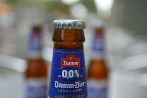 Una cerveza de Damm.