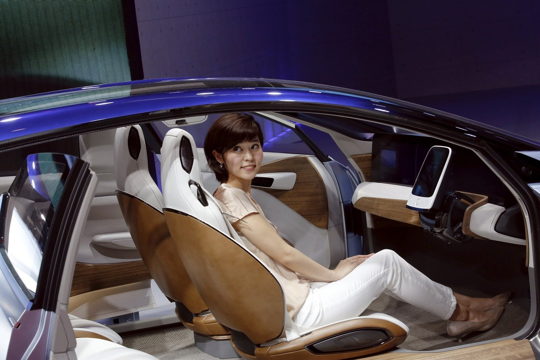 Una mujer en el concept car Nissan IDS en el Salón del Automóvil de Pekín.