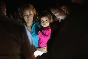 Una mujer hondureña y su bebé, detenidas en la fontera de EEUU con México.