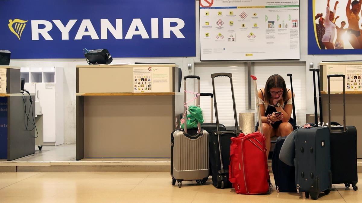 Ocu y Facua piden al gobierno que investigue el abusivo cobro de equipaje de mano de Ryanair
