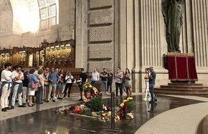 Últimos visitantes de la tumba de Franco en la basílica de la Santa Cruz, el templo del Valle de los Caídos, media hora antes de la orden de cierre del monumento para los trabajos de exhumación.
