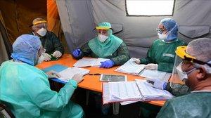 Uno de los médicos cubanos participa en una de las reuniones diarios sobre la evolución de la pandemia