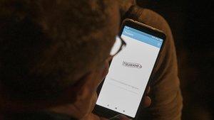 Un usuarioconsultando la 'app' de Tsunami Democràtic