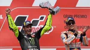 Valentino Rossi (Yamaha) y Marc Márquez (Honda) compartieron podio, el pasado domingo, en Termas de Río Hondo (Argentina).