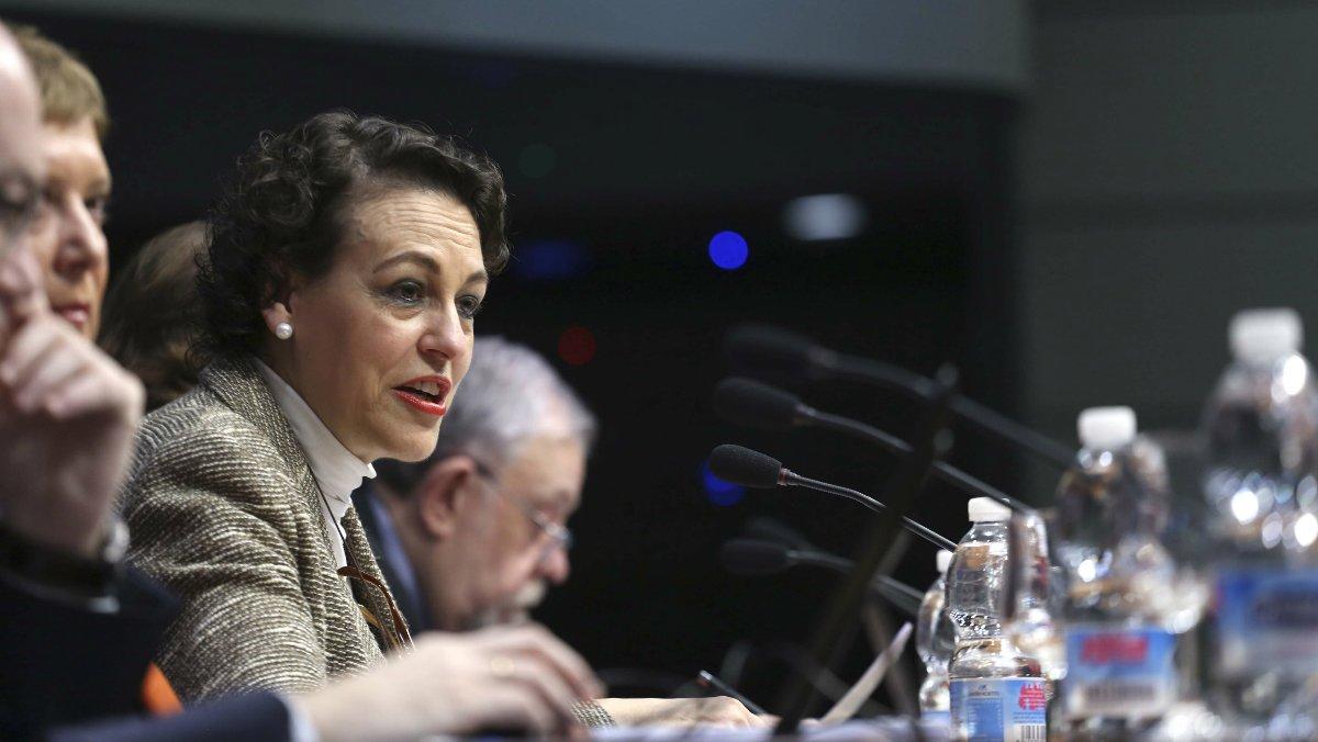 La ministra de Trabajo, Magdalena Valerio, y, en segundo plano, el secretario de Estado de la Seguridad Social, Octavio Granado.