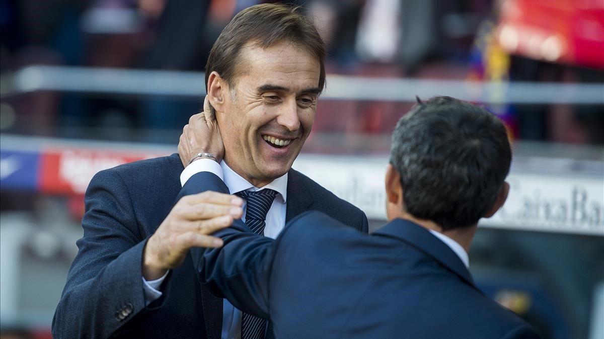 Valverde y Lopetegui se saludan aliniciodel partido de liga entre el FC Barcelona y el Real Madrid.