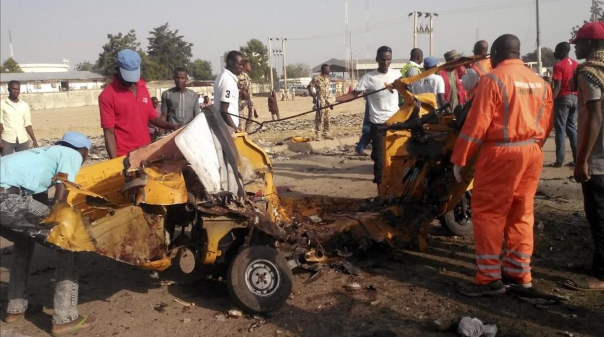Varias personas retiran los restos de una explosión en Maiduguri (Nigeria), atribuida a Boko Haram, el 29 de octubre.