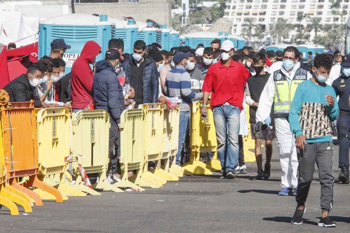 Varios inmigrantes hacen cola en el muelle de Arguineguín, en Gran Canaria, este 18 de noviembre.