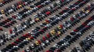 Vehículos nuevos aparcados en Bellvitge.