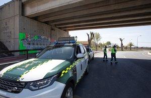 GRAF6180. MOTRIL (GRANADA), 05/04/2020.- La Guardia Civil hace un control hoy Motril, durante el vigésimo segundo día del estado de alarma decretado en todo el país para frenar la propagación del coronavirus. EFE/Paquet