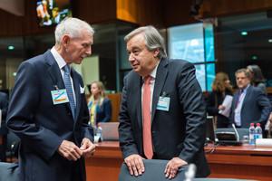 El Director General de la Organización Internacional para las Migraciones, William Lacy Swing (izquierda), habla con el alto comisionado de la ONU para los refugiados, el portugués Antonio Guterres.