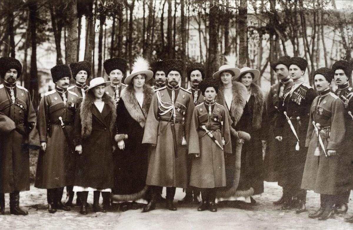 El zar y su familia, rodeados de soldados de la guardia cosaca, en 1916.