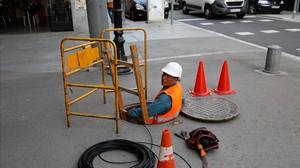 Trabajador instalando lafibra óptica en el Poblenou de Barcelona.