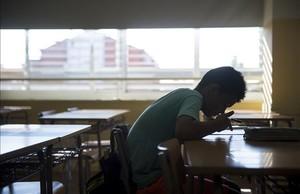 Un estudiante de ESO prepara sus exámenes de recuperación de septiembre en un instituto de Barcelona.