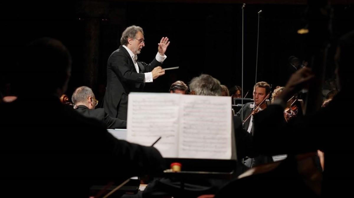 Josep Pons, dirigiendo a la Orquestra del Liceu.