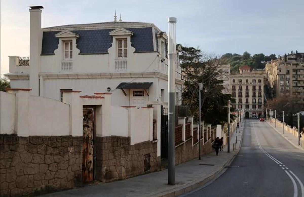 El antiguo consulado de Dinamarca, en uno de los extremos del puente de Vallcarca.
