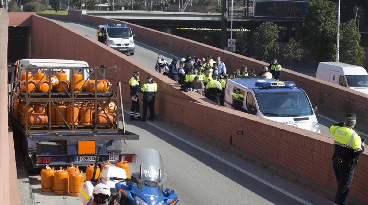 Estado en que quedó el camión de butano sustraido tras chocar con un muro en la Ronda del Litoral.