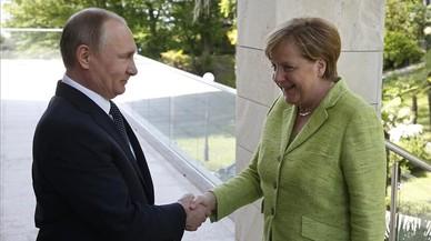 Merkel presiona a Putin para que cese la persecución de gais en Chechenia