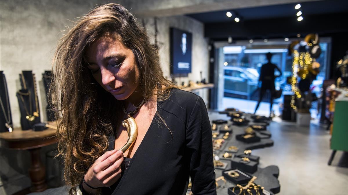 La marca de Elena Estaun nació como una colección de joyería. Juega con contrastes étnicos y tecnológicos.