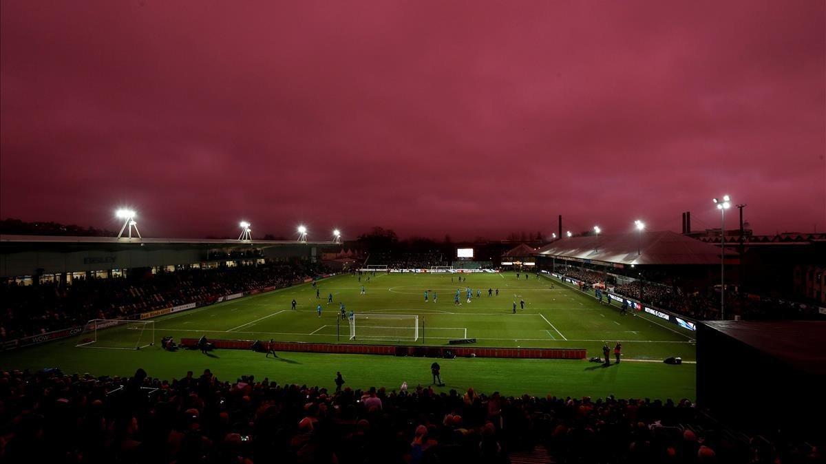 El cielo se vuelve lila durante un partido del Tottenham en Gales
