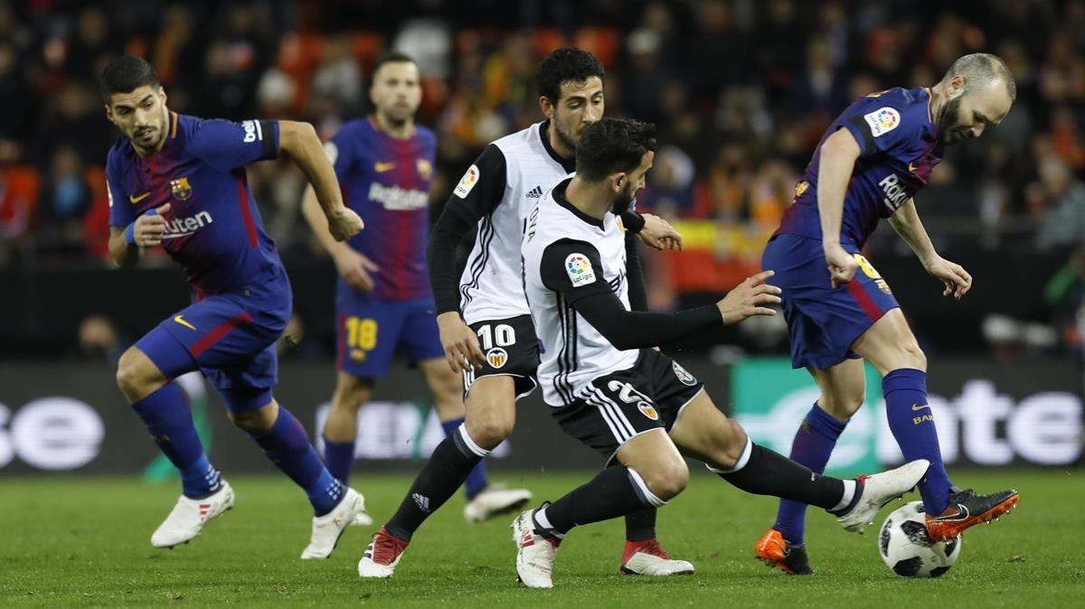 Iniesta y Montoya, en el partido de la semifinal de la Copa disputado en Valencia.