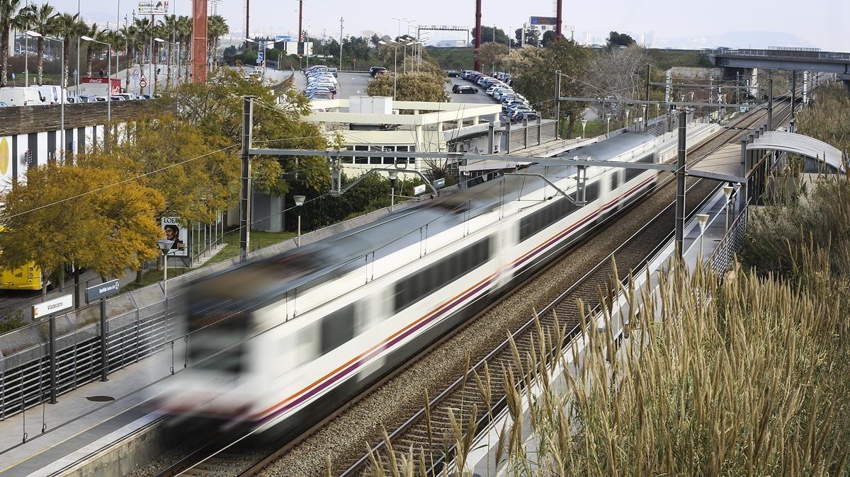 Un tren pasa de largo de la estación de Viladecans.