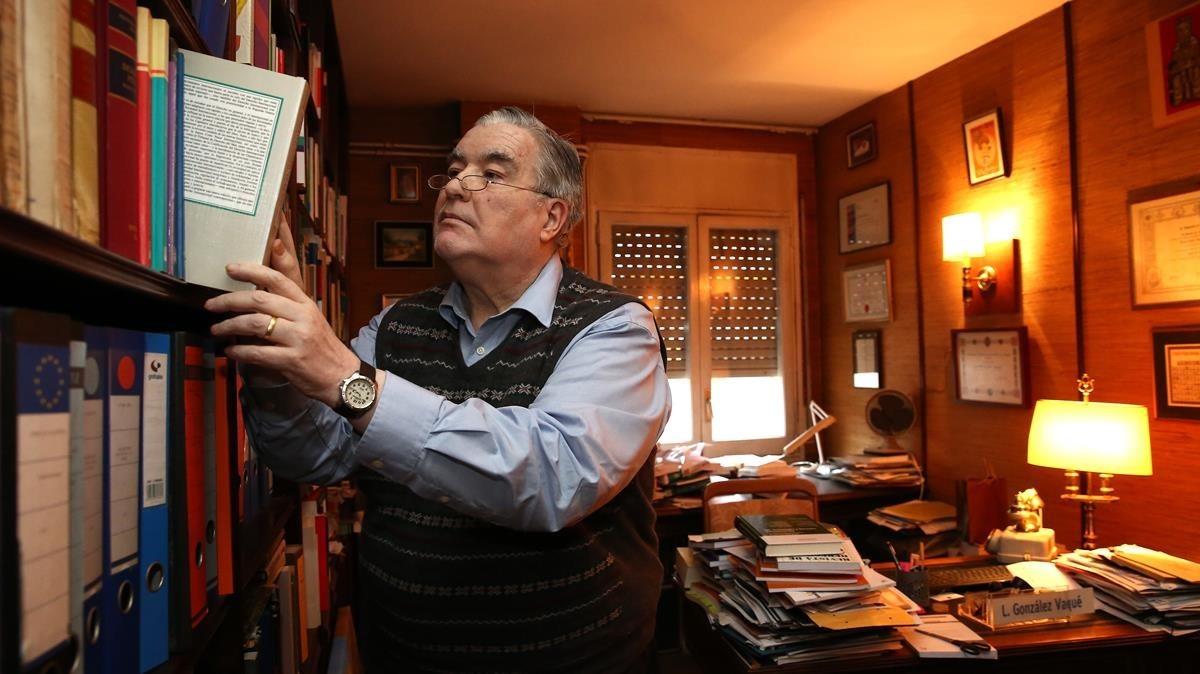 El experto en legislación alimentaria, Luis González Vaqué, en su casa de Barcelona.