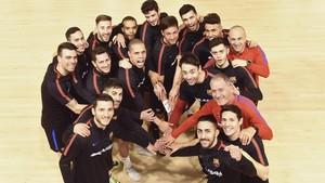 Pose de mosqueteros del equipo de fútbol sala del FC Barcelona.