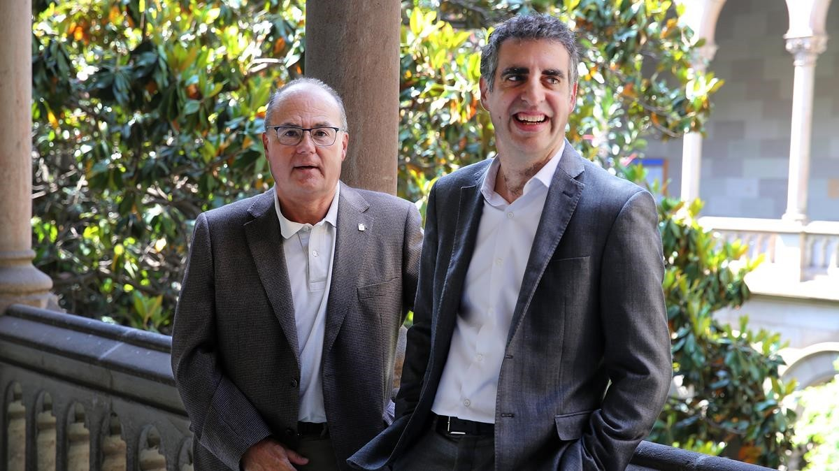 Antoni Trilla (izquierda) y Manel Esteller (derecha),este miércoles tras recibir la distinción de la UB.