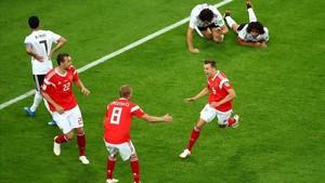 Cherysev celebra con sus compañeros el segundo gol a Egipto.