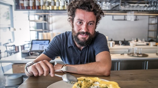 Jaime Santianes abre la tortilla de bacalao de Fismuler.