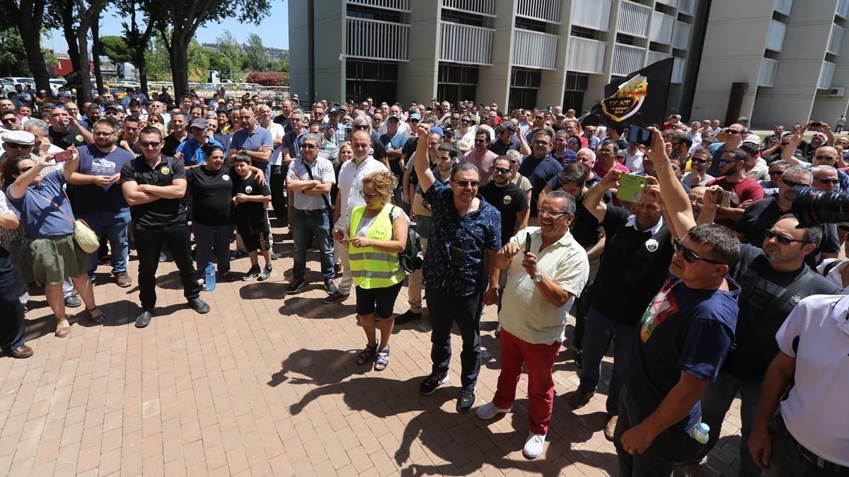 Concentración de taxistas frente la sede de AMB en la Zona Franca en apoyo a la regulación sobre los VTC.