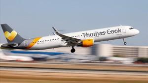 Un avión de Thomas Cook despega del aeropuerto de Mallorca.