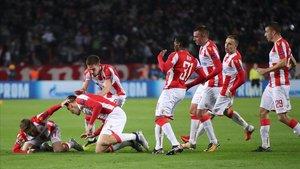 La celebración de los jugadores del Estrella Roja tras un gol de Pavkov.