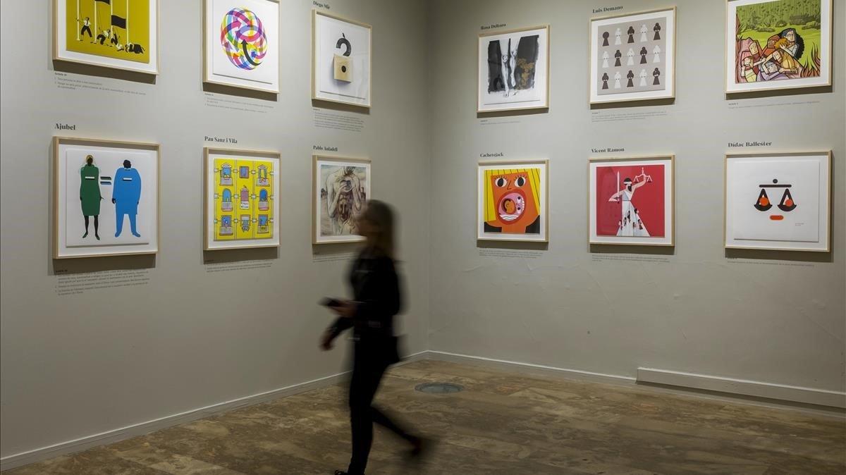 Una mujer visita la exposición Creadores Valencianos por los Derechos Humanos,organizada por la Universitat de València y Amnistia Internacional.