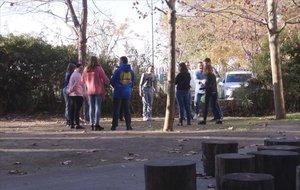 Los jóvenes durante una de las sesiones al aire libre junto a un profesor