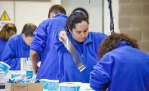 EL ENCAJE PERFECTO. Trabajadores de Miton, firma de manipulados e inyección de plástico.