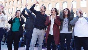 El líder de Unidas Podemos, Pablo Iglesias, junto a candidatos del partido en el barrio de Sant Andreu de Barcelona.
