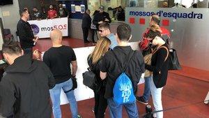 Delegados de Sap-Fepol y del colectivo MosS.O.S. inician un encierro en la comisaría de plaza de Espanya.