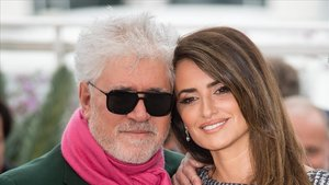 Pedro Almodóvar y Penélope Cruz, en Cannes este sábado.