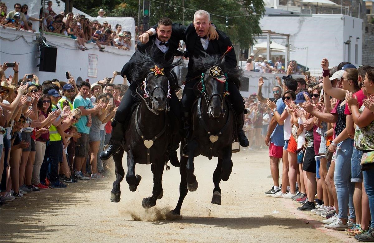 26.000 personas celebran el 'Caragol des Born' en Ciutadella (Menorca), con la participación récord de 112 'cavallers'.