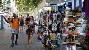 Uno de los kioskos de la Barceloneta repleto más de suvenirs que de prensa, la semana pasada.
