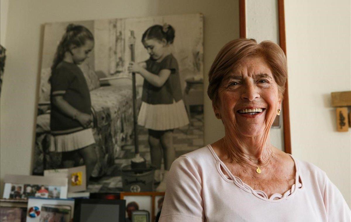 Maria Gunfaus, junto ala foto de su hija con una fregona infantil Mery.