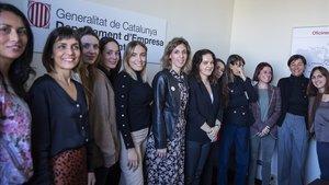La 'consellera' de Empresa, Àngels Chacón, con las diez seleccionadas para la primera expedición de directivas de 'start-ups' catalanas.