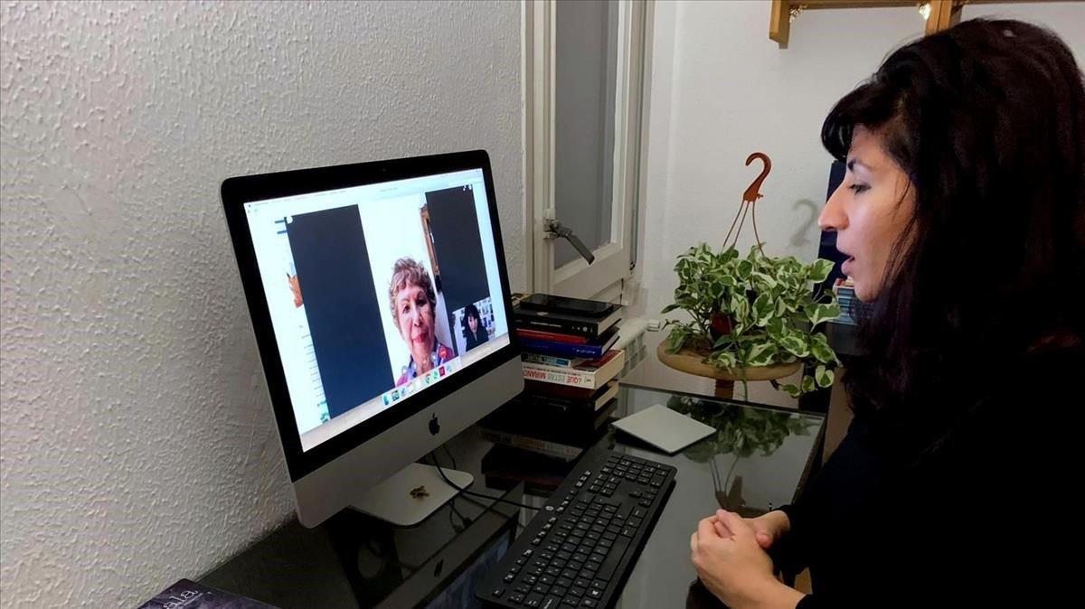 La mexicana Fabiola Eme, hablando con su madre desde su piso de Gràcia.