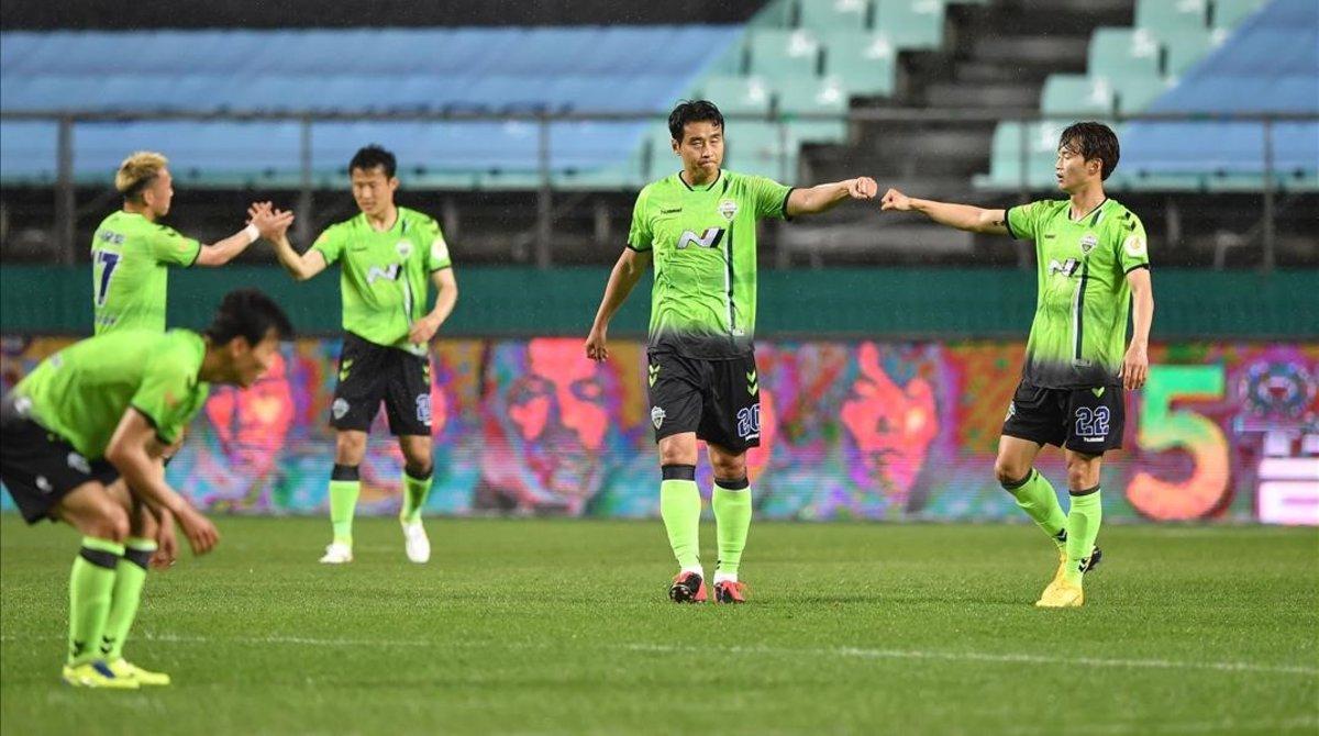 Volvió el fútbol en Corea: sin escupitajos, sin abrazos, sin público